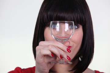 Portrait d'une  femme avec un verre vide