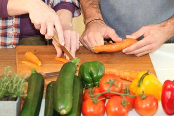 Homme et femme coupant des légumes