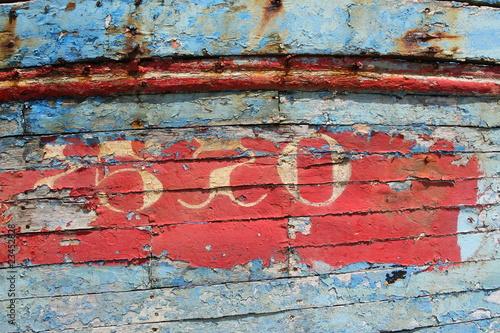 Vieille peinture sur la coque d 39 un bateau de p che photo libre de droits sur la banque d - Peinture coque bateau ...