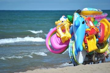 Venditore ambulante di salvagenti e materassini sulla spiaggia