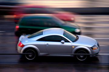 schnelle Autos auf nasser Straße