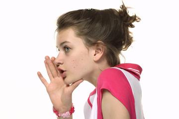 Девочка говорит сплетни, ложь шепотом на ухо
