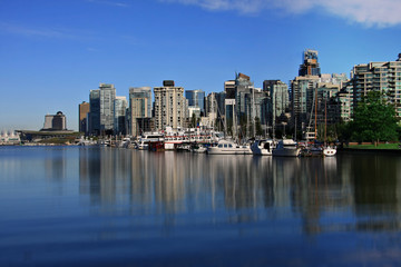 Fototapete - Vancouver's coal harbor, view from Stanley park seawall.