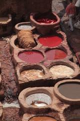 Farbbecken in einer Ledergerberei in Fes - Marokko