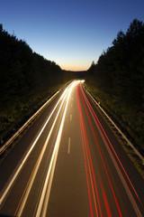 Nachtaufnahme einer Bundesstraße