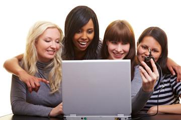 Vier Frauen laden Fotos ins Internet