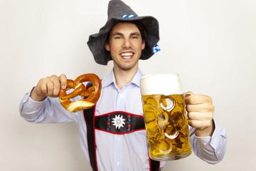 anton aus tirol mit bier und brezel