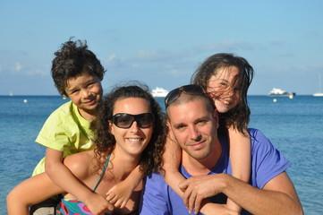 famille heureuse en vacances à la mer
