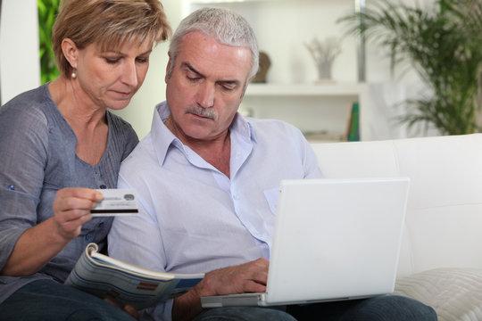 couple de seniors faisant des achats en ligne