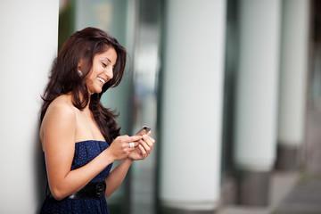 frau freut sich über sms