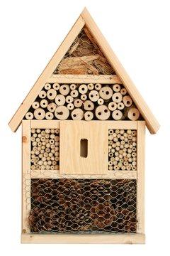 Insektenhotel komplett freigestellt