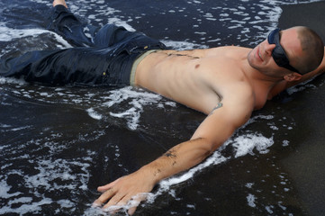 allongé dans l'eau