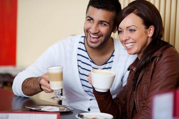 lächelndes paar im café