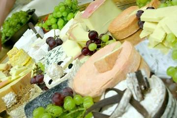 Buffet mit Käse und Weintrauben