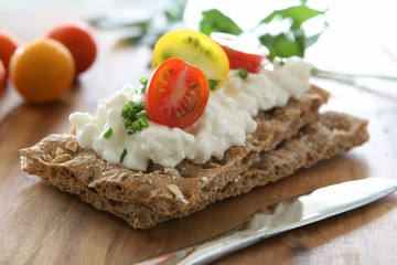 Crackers with Cottage Cheese and Tomato