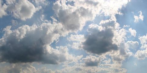 Heiterer Himmel als Hintergrund