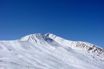 蓝天和雪山