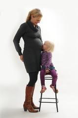 Schwangere Frau mit kleiner Tochter 1