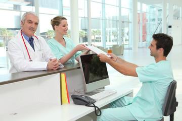 Equipe médicale à l'accueil d'un hôpital