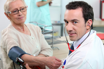 Médecin examinant une patiente