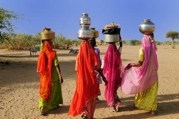 Keuken foto achterwand India Ethnic women going for the water in well on the desert