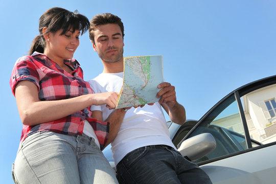 Homme et femme avec carte routière