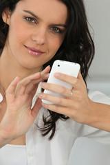 Portrait d'une femme avec une téléphone portable