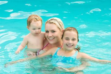 Mama mit ihren Töchtern beim baden