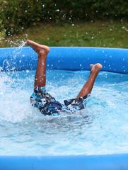Beine schauen aus Wasser