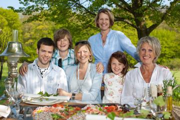 glückliches familienessen in der natur