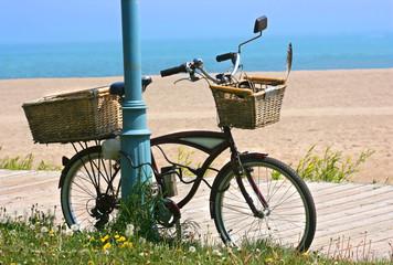 In de dag Fiets bicycle by the boardwalk