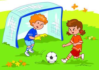Bambino e bambina giocano a calcio