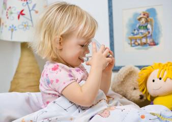 Obraz little girl in bed drinking water - fototapety do salonu