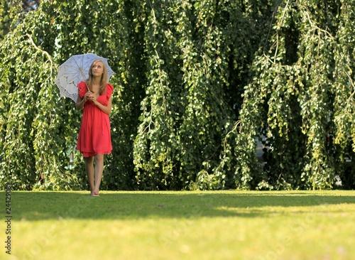Junge Frau Mit Sonnenschirm Beim Spazieren Gehen Stockfotos Und