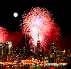 In de dag Volle maan The New York City skyline and fireworks