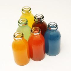 bunte saft flaschen