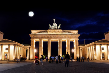 Zelfklevend Fotobehang Volle maan BRANDENBURG GATE at night in Berlin