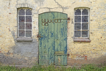 Tür einer alten Scheune, mit Hufeisen