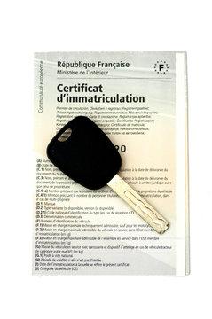certificat d'immatriculation et une clef de voiture