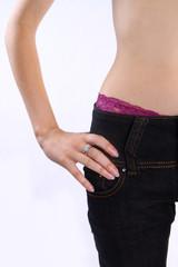 Kobieta w spodniach z wystajacymi majtkami
