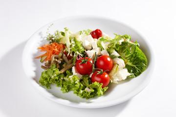 Großer, mediterraner Salatteller mit Fetakäse und Tomate