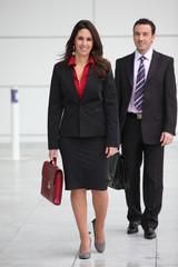 Hommes et femme d'affaires dans le hall d'une société