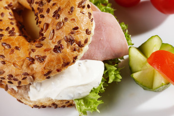 Bagel mit Käseschinkenfüllung und Beilage
