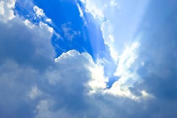 青空に雲間の斜光