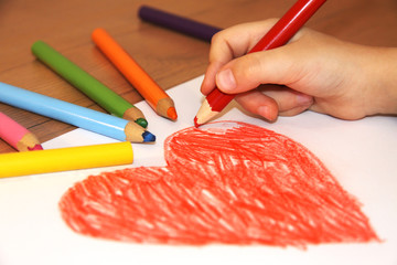 Obraz Serce, dziecko i kolorowe kredki - fototapety do salonu