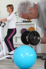 Homme senior faisant du sport