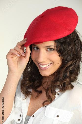 portrait d 39 une femme brune portant b ret rouge photo. Black Bedroom Furniture Sets. Home Design Ideas