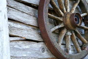 Holzrad an einer Wand einer Scheune