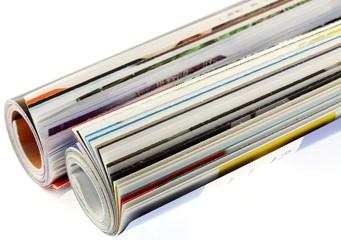 magazines roulés, fond blanc