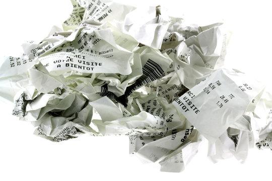 tickets de caisse froissés, fond blanc